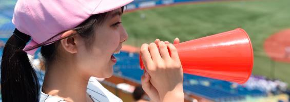 スタジアムで応援するスポーツ観戦女子